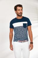 Homem veste camiseta de malha slim rajada azul e branca