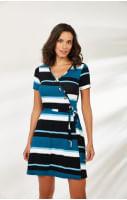 Mulher veste modelo de roupa feminina online em branco, preto e azul.